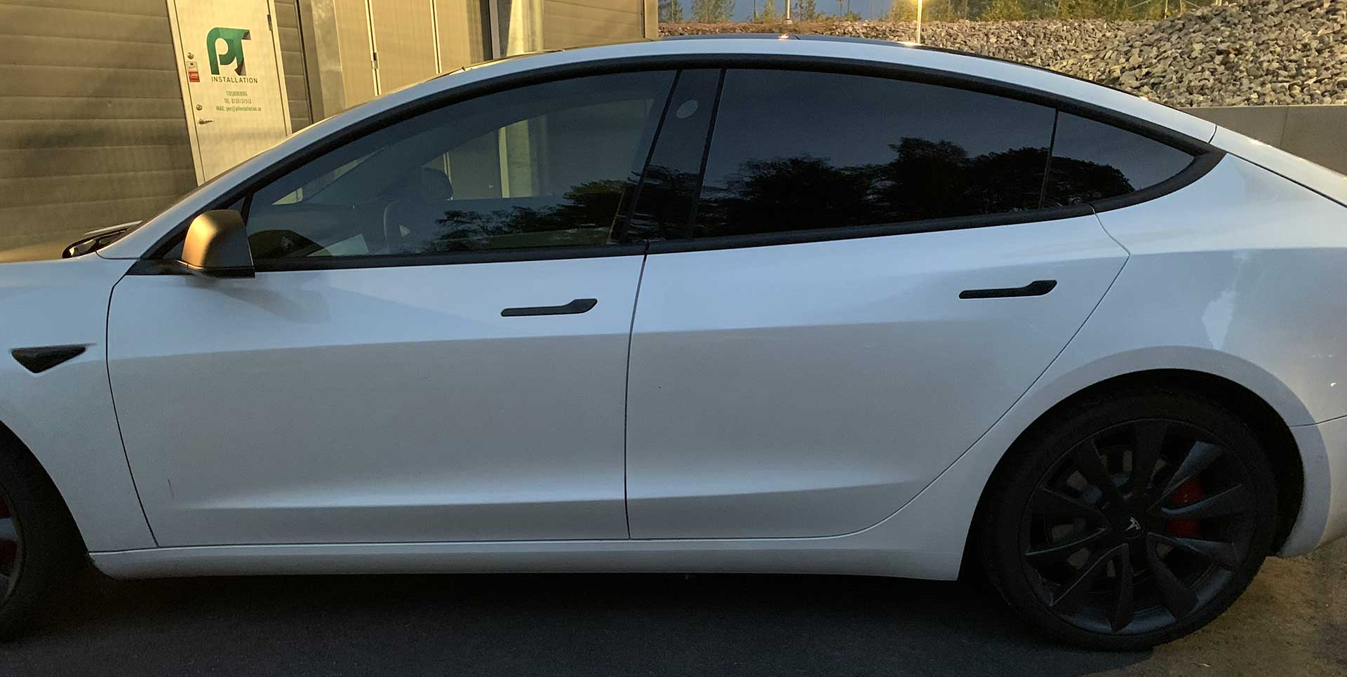 Tonade rutor på vit bil